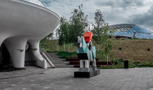 Скульптура «Хранитель» отправилась из Balchug Residence на «Московскую Арт Премию» в «Зарядье»